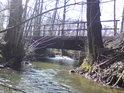 Zespoda proti sluníčku je pohled pod mostkem na přitékající vodu mnohem zajímavější